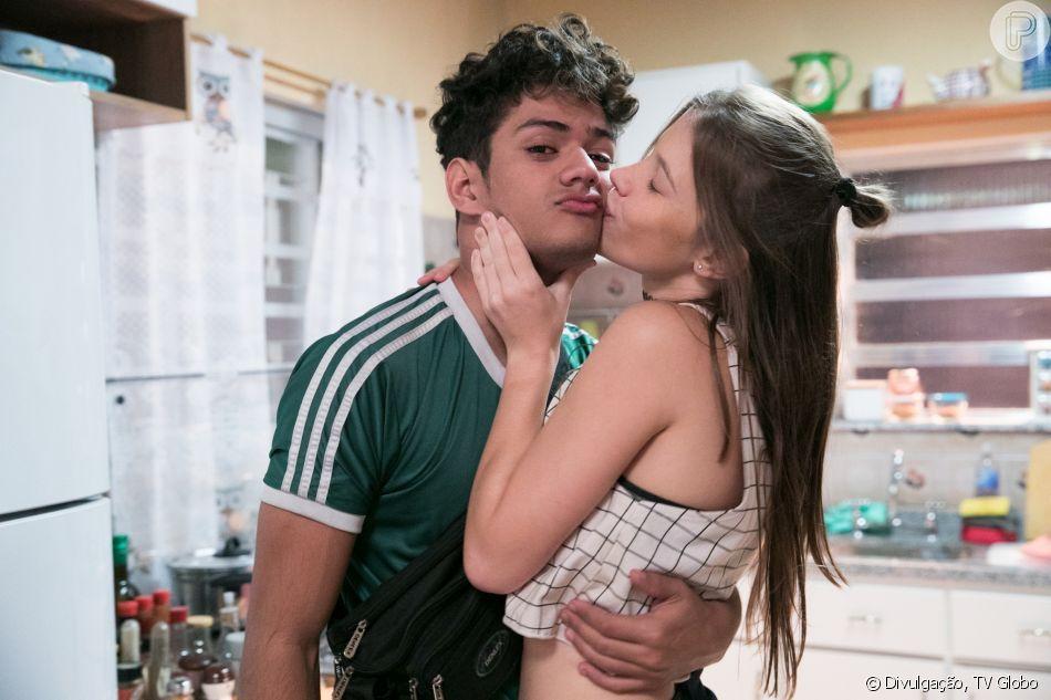 Anjinha (Caroline Dallarosa) vai falar para Marco (Júlio Machado) que ela e Cléber (Gabriel Santana) estão namorando na novela   'Malhação: Toda Forma de Amar'