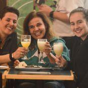 Claudia Rodrigues ganha flores ao comemorar 48 anos com a filha em shopping