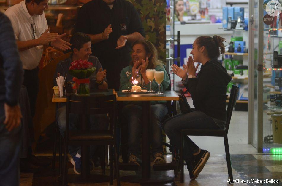 Claudia Rodrigues reuniu a filha, Iza, e a empersária, Adriane Botelho, em festa de aniversário