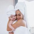 ' Já ensinei pra minha filha desde cedo que sábado é dia de banho', escreveu  Sabrina Sato em foto com Zoe