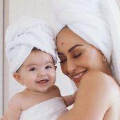 Tchau, sujeira! Sabrina Sato e a filha posam de toalha: 'Sábado é dia de banho'