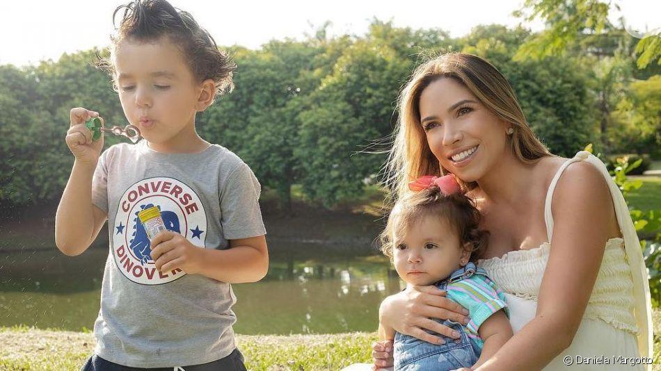 Patricia Abravanel registrou a filha, Jane, tentando dar chupeta para o filho, Senor, de apenas dois meses