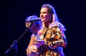 Grávida, Fernanda Lima aposta em look mood vintage no prêmio APCA. Aos detalhes!
