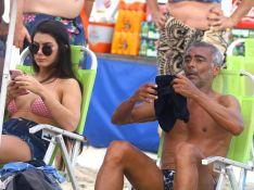 Romário leva a nova namorada, 31 anos mais nova, à praia do Rio. Veja fotos!