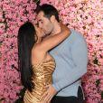 Simaria troca beijos com marido ao chegar em festa