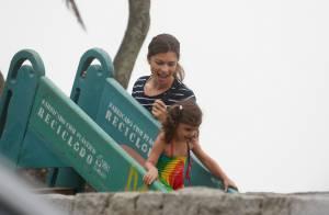 Grazi Massafera leva a filha, Sofia, para brincar em parque no Dia das Crianças