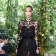 Desfile da Dior na Semana de Alta-Costura de Paris outono/inverno 2019/20. Transparências, rendas, cintura marcada e muita delicadeza no look da Dior