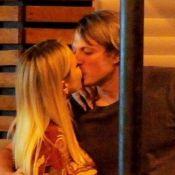 Eliana beija noivo, Adriano Ricco, e atende fã ao deixar restaurante. Fotos!