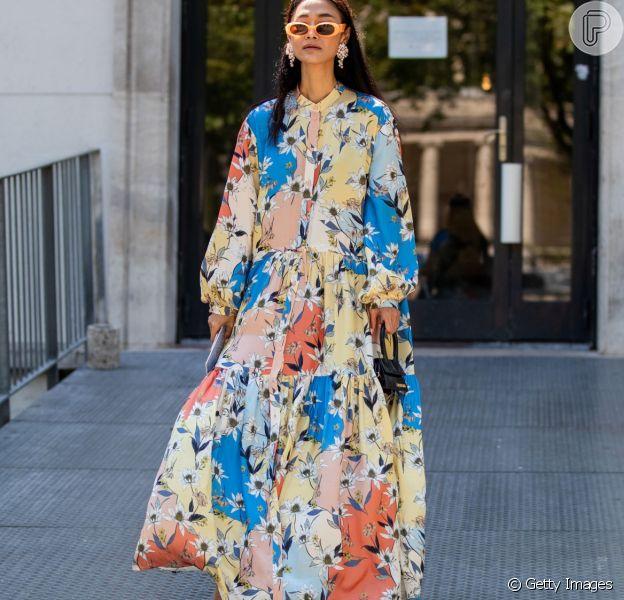 Vestido floral é um ótimo recurso para colorir o look de inverno
