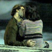 Marina Moschen, de 'Verão 90', beija músico em praia no Rio. Fotos!