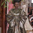 Animal print é tendência também para os looks de festa: volume total no vestido com brilho da Valentino