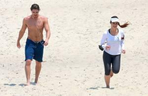 Cleo Pires e Romulo Neto correm juntos na praia de São Conrado, no Rio