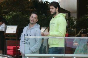 Diego Hypolito e o namorado, Marcus Duarte, são fotografados em ida ao cinema
