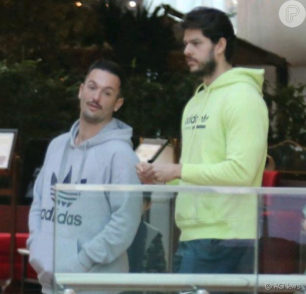 Diego Hypolito e o namorado, Marcus Duarte, são fotografados no shopping Village Mall na Barra da Tijuca, nesta quinta-feira, 18 de julho de 2019