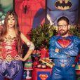Dupla de Edson, sertanejo Hudson e a mulher, Thayara Cadorini, usaram looks de super-heróis em festa temática pelo aniversário do filho, Davi