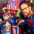 Sertanejo Hudson, dupla de Edson, combinou roupa de Super-Herói com o filho no aniversário do primogênito, Davi