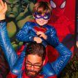 Sertanejo Hudson, colocou o filho, Davi, nos omrbos durante a festa de 4 anos do menino