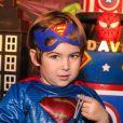 Filho do cantor sertanejo Hudson, Davi esbanjou fofura vestido de Super-Homem