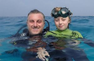Filho de Huck e Angélica volta a praticar esporte no mar um mês após acidente