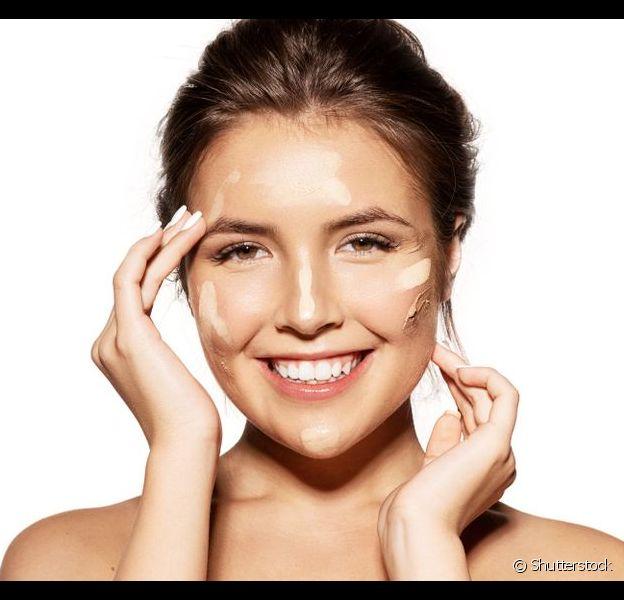 Descubra como escolher e aplicar a base de maquiagem na pele oleosa para um acabamento perfeito