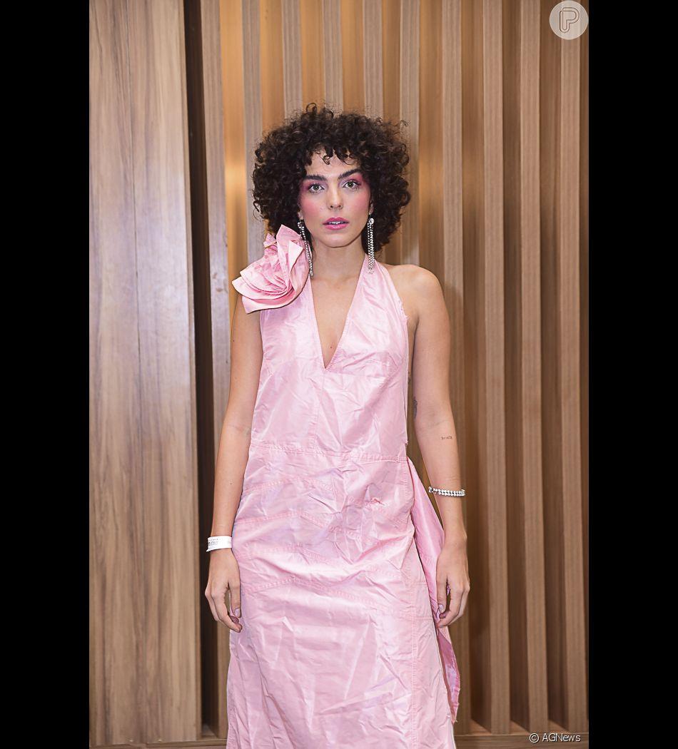 Julia Konrad aposta no chanel com franja no cabelo cacheado