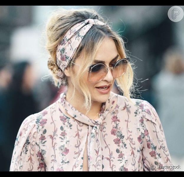 Coque + lenço como tiara é a combinação perfeita de penteado para quando o cabelo acordar no bad hair day