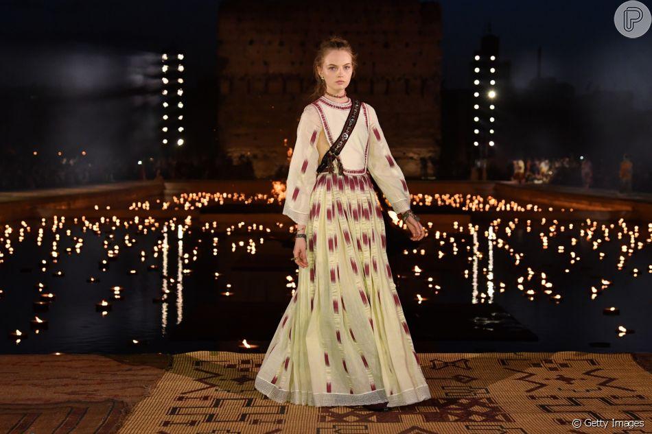 Vestido longo com pegada étnica vai do casual à festa