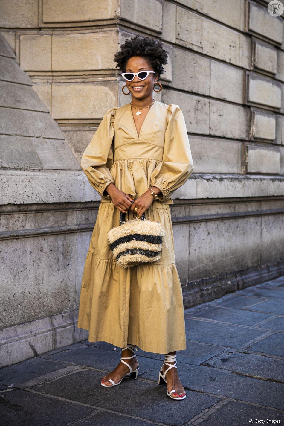 Vestido longo em estilo bem feminino combina com as sandálias do momento