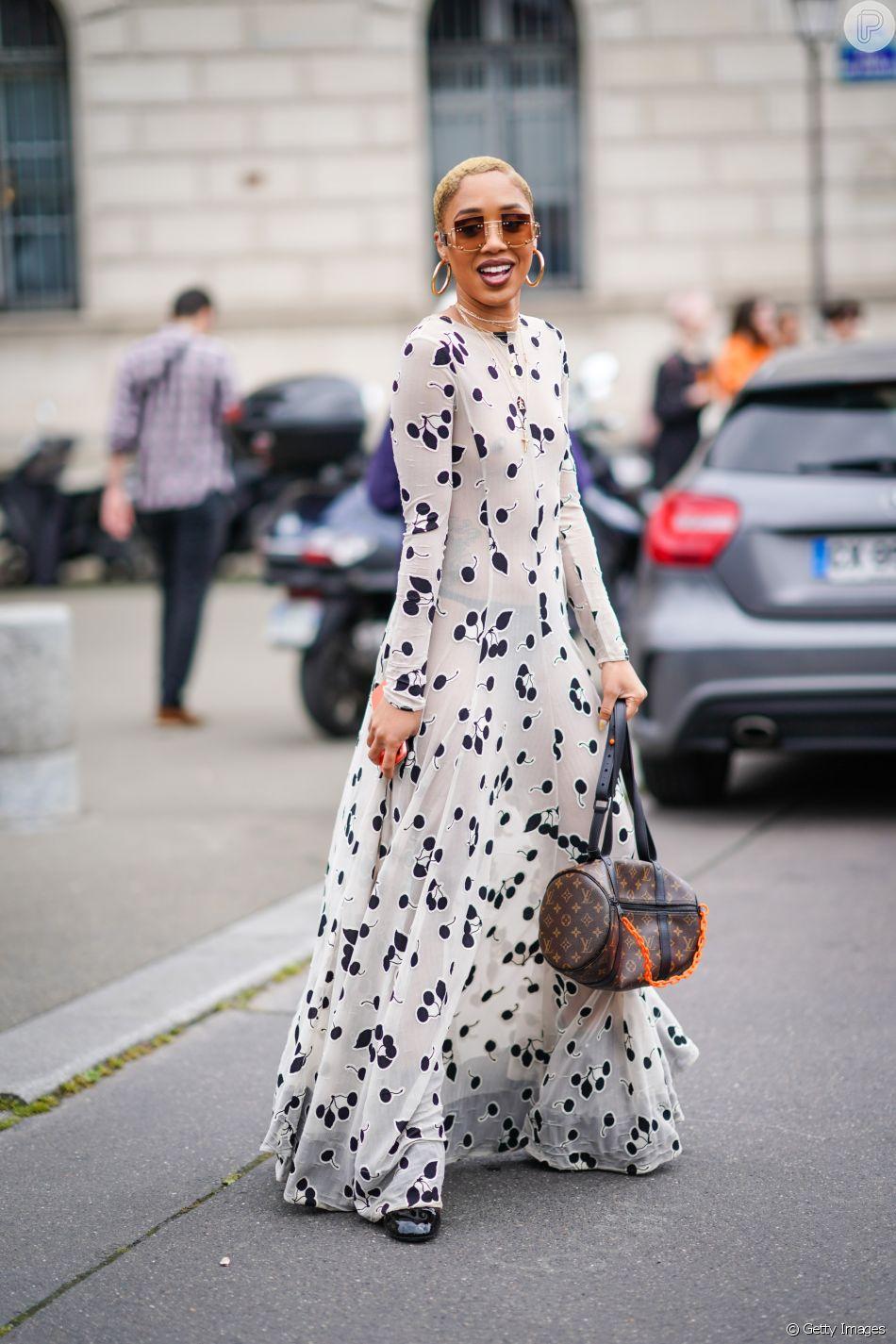 Vestido longo com manga comprida e estampa clássica vai do casual à festa