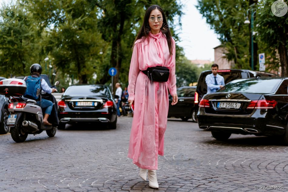 Vestido longo com estilo romântico fica fashion com pochete e botas brancas