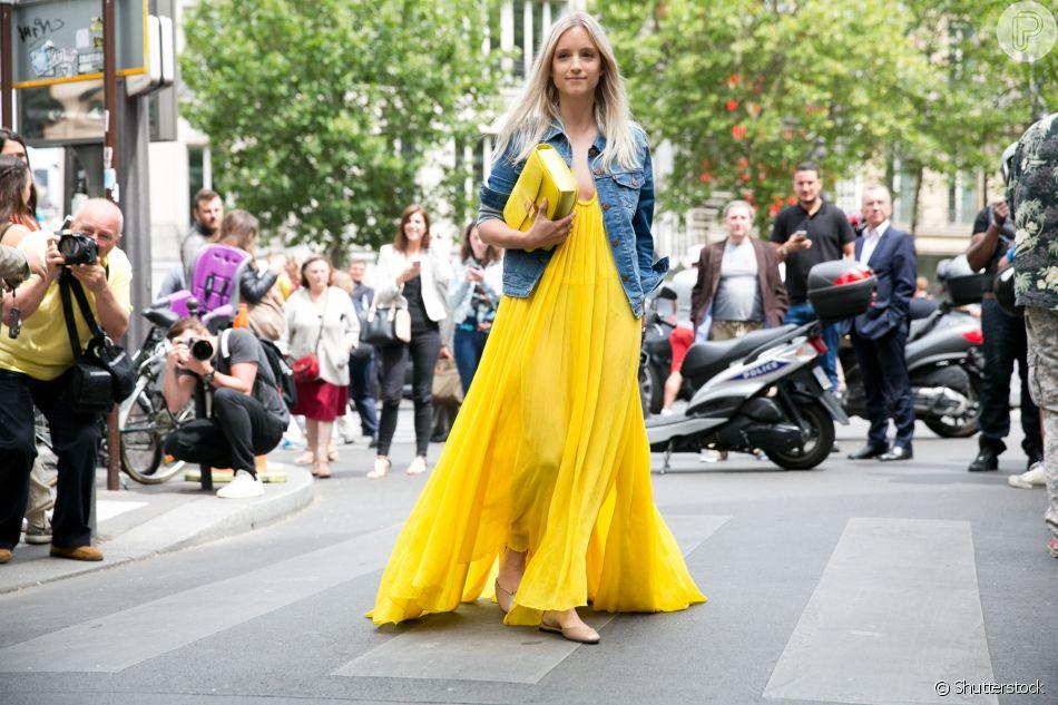 Vestido longo em tom vibrante e modelagem romântica fica mais casual com jaqueta jeans