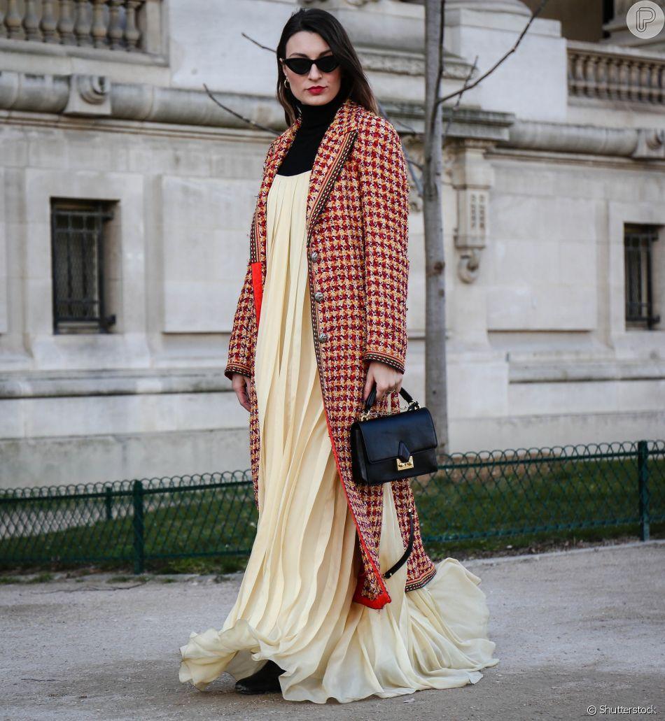 Um luxo o look de festa com direito a sobretudo em lã e blusa turtleneck por baixo