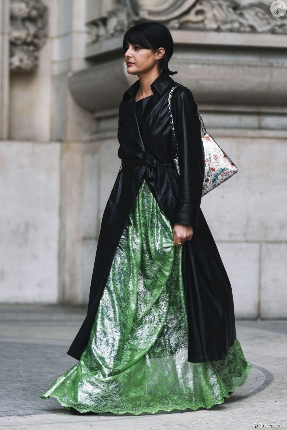 Vestido longo de fessa ganha um trench coat que o deixa mais casual
