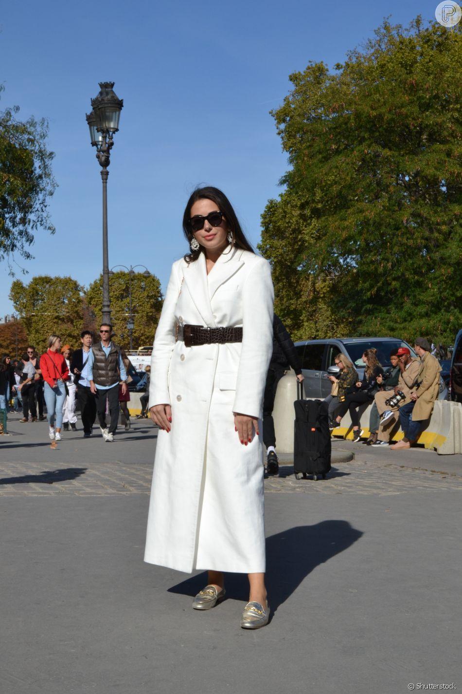 Sobretudo também funciona como vestido longo com direito a cinto para marcar a cintura