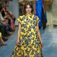O vestido superlongo e amplo disfarça a barriguinha e, quando usado com salto, alonga a silhueta