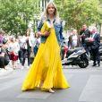 O vestido bem longo, quando usado com salto, favorece às mais baixinhas