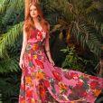 Marina Ruy Barbosa brilhou em longo floral com fundo rosa