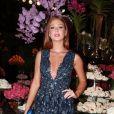 Marina Ruy Barbosa escolheu um vestido romântico azul com decote para casamento de amiga