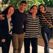 Deborah Secco combina look listrado com a mãe ao ir às compras em família. Fotos
