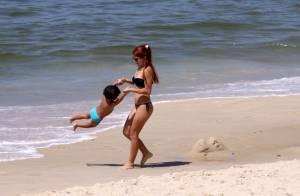 Mariah Rocha mostra corpo enxuto e brinca com o filho em praia do Rio