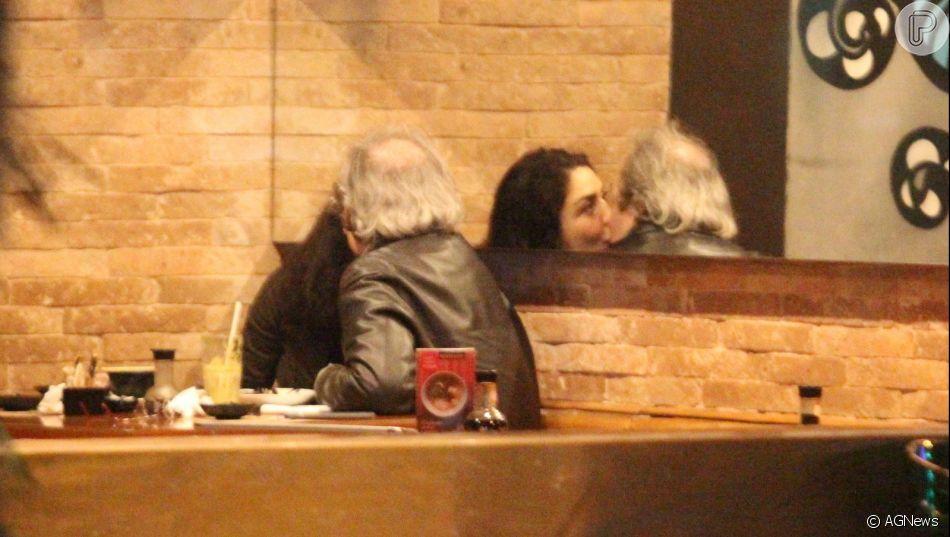 Letícia     Sabatella   e Daniel Dantas, jantam juntos e trocam beijos em restaurante da zona sul do Rio de Janeiro, nesta segunda-feira, 26 de agosto de 2019