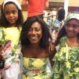 Gloria Maria posa sorridente com as filhas, Laura, de 5 anos, e Maria, de 6 anos, que fizeram aniversário em dezembro de 2013