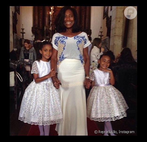 Gloria Maria batiza as filhas Laura, de 5 anos, e Maria, de 6 anos, no Rio de Janeiro