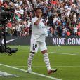 Neymar comemorou um gol do Paris Saint-Germain colocando a bola na barriga