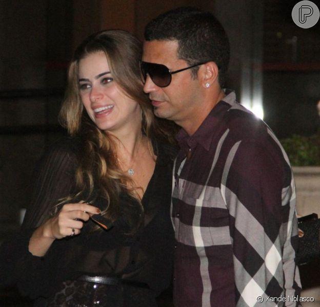 Latino vai a restaurante com a noiva, Rayanne Morais, e bebe um pouco além da conta, em 20 de fevereiro de 2013