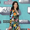 A cantora Lana Del Rey usou um longo floral com fenda para o MTV