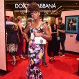A atriz Érika Januza brilhou com vestido Dolce e Gabbana midi e floral em evento da marca