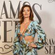 A atriz Mayana Neiva usou vestido longo com recorte na cintura para evento de lançamento da novela 'Órfãos da Terra'