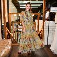 A atriz Camila Queiroz usou um vestido floral fluido, com mangas bufantes e gola alta