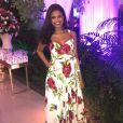 A atriz Aline Dias usou vestido floral com rosas